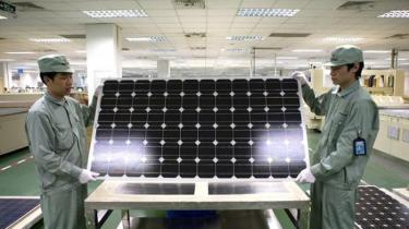 Solenergien vinder frem, ikke mindst i USA, hvor teknologien blev skabt. Men her er det en blandet velsignelse: Efter at have domineret industrien, er amerikanerne faldet bagud, og i dag er seks af de ti største solcelle-producenter kinesiske bl.a. den største: Suntech (billede).