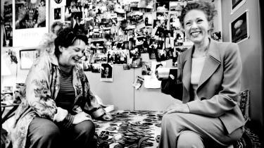 Sceneskifte. Ghita Nørby i sin garderobe på Det Kongelige Teater på Kongens Nytorv i 2004 sammen med Birthe Neumann. De to spillede på daværende tidspunkt sammen i forestillingen 'To Kvinder'. Den gang var garderoben Ghita Nørbys hele året rundt, og hun fyldte den med minder og udklip og fotografier. I det nye skuespilhus er forholdene anderledes, men ifølge skuespillerinden ikke til det bedre.