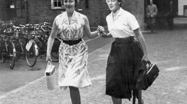 Veninder. Helle Stangerup og tronfølger Margrethes første dag på universitetet – i 1959. Venskabet med den senere dronning af Danmark har gjort, at Helle Stangerups omgangskreds i vid udstrækning blev den ellers ret lukkede, danske adel.