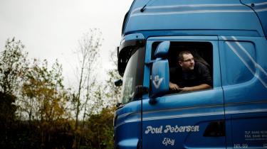 Johnny Sundahl har været lastbilchauffør i 26 år. Han er sikker på, at de udenlandske chauffører ikke følger overenskomsten. Hvorfor bliver de ellers foretrukket frem for de danske, spørger han.