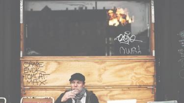 Den menneskelige sjæl er en mikserpult, der kan ændres, alt efter hvilke knapper man drejer på. Og de mørke knapper er i fokus på Magtens Korridorers nye album, 'Imperiet Falder'. Væk er det øllede og drengede — tilbage står det dystre og tvetydige, siger forsangeren, Johan Olsen, som dog holder fast i den umiddelbare stil