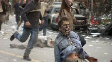 I Georg Romeros zombiefilm 'Dawn of the dead' fra 2004 søger en gruppe dødelige, der har overlevet en art pest, sammen i et stort shoppingcenter, mens de venter på, at zombierne skal indhente dem (det gør de).
