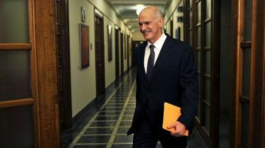 Med folkeafstemningen om krisen har Papandreou trukket sit sidste kort. Måske skal forslaget ses som Papandreous forsøg på at redde sit politiske eftermæle og fralægge sig ansvaret for afmonteringen af den sociale velfærd i Grækenland