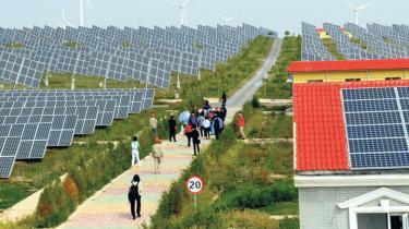 I dag går Kina, USA og 24 andre lande i offensiven mod EU's nye CO2-ordning for flytrafik. Samtidig rasler europæiske og amerikanske virksomheder med sablen over for Kinas succesrige producenter af solteknologi