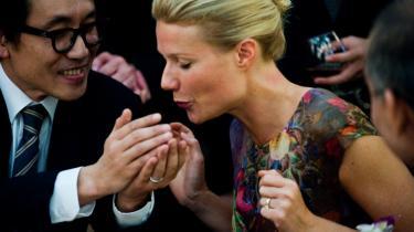 Smittefare. Vi mennesker rører vores egne ansigter 2.-3.000 dagligt, og vi rører ved alt muligt, hvorfor vira har nemt ved at blive overført fra en person til en anden. Man følger i 'Contagion' virussens vej fra Beth Emhoffs (Gwyneth Paltrows, t.h.) ansigt og fingre ned i peanutskålen på bardisken og til glasset på kasinoet og videre til tjeneren, som ender med at smitte et helt bygningskompleks.