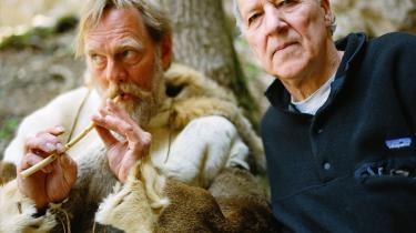 Eksklusivt. Den tyske film°©mager Werner Herzog (t.h.) har med sit s©°rlige filmsprog skabt sin egen genre og modtaget priser og betydende kritik for sit v©°rk. Han har helt ekstraordin©°rt f?et adgang til at filme i Chauvet-hulen i Frankrig og har lavet en dokumentar om det. Hulen blev opdaget den 18. december 1994, og har siden v©°ret studeret intenst af forskere i s©™gen p? menneskets oprindelse.