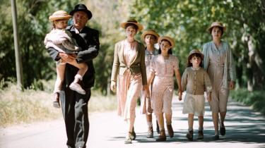 Skuespilleren Daniel Auteuil debuterer som instruktør med et følelsesbrusende og kornsusende Provencedrama baseret på Marcel Pagnols 'Brøndgraverens datter'