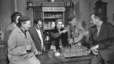 Rottehullet. Erik Balling (th) instruerer nogle af de medvirkende i tv-serien 'Huset på Christianshavn', som blev produceret fra 1970-77. Fra højre er det i øvrigt Ove Sprogøe, Bodil Udsen, Johannes Møllehave (der var forfatter på serien), Arthur Jensen og producer Niels Jørgen Kaiser.