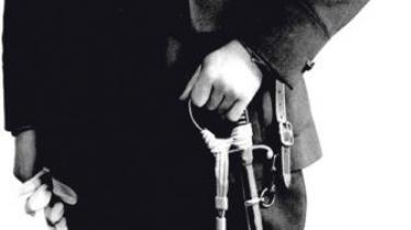 Under den tyske besættelse var Børge Thing en af modstandskampens militære hovedpersoner. Efter krigen drømte han om det danske militær som en demokratisk folkehær. Men trods unik militær begavelse, international hæder og uofficiel titel af modstandshelt blev han aldrig mere end kaptajn i hæren. Den udannede blikkenslagersvend blev dømt ude af sine officerskolleger – og så var han kommunist