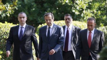 Lederen af det græske konservative oppositionsparti Nea Demokratia (ND), Antonis Samaras, (nr. to fra venstre) på vej ud af præsidentpaladset efter et møde med præsident Karolos Papoulias i Athen i sidste uge.
