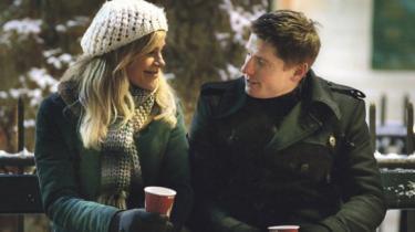 Den romantiske julekomedie 'Noget i luften' styrer lejlighedsvis udenom laveste fællesnævner, og har (muligvis utilsigtet) et umage par i front