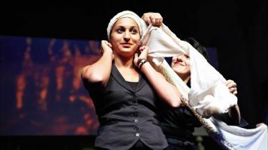 Muslimske kvinder smider sløret og taler ud om lyst og dilemmaer. 'De tilslørede monologer' åbner ny verden