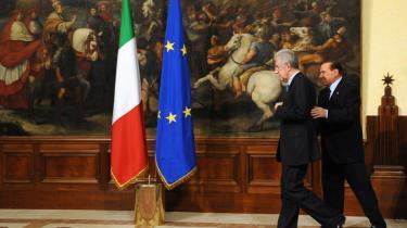 Italiens nye ministerpræsident, Mario Monti, følges ind i Statsministeriet i Rom af den afgående ministerpræsident, Silvio Berlusconi. Montis regering består af en række teknokrater, hvoraf finansminister Corrado Passera er den mest kontroversielle.