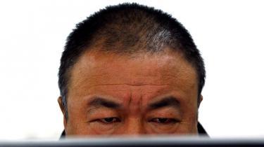 De kinesiske myndigheder har ikke kunnet lukke munden på Ai Weiwei. Nu har han fået en bøde på 13 mio. kr. for skatteunddragelse og risikerer fængsling, hvis ikke han betaler. Det har fået kineserne til lommerne – foreløbig har Ai Weiei modtaget 7,5. mio. kroner i donationer.