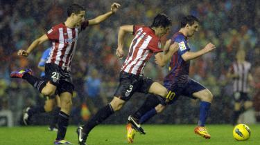 Dans på græs. Det er svært at forestille sig, før man ser det i virkeligheden. 10 mand, der løber over hele banen, op og ned, frem og tilbage, bider modstanderen i haserne, én mod én, som tæmmede, utrættelige løver. Sådan var Bilbaos kamp mod Barcelona for nylig.