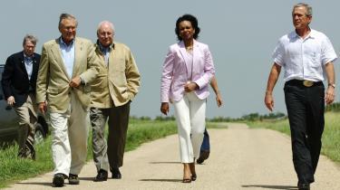 USA's første sorte, kvindelige udenrigsminister har nedskrevet sine politiske erindringer i en mursten af en bog. Intrigerne, diskussionerne og spændingerne i George W. Bushs inderkreds kommer ud mellem sidebenene i en meget lang og detaljeret selvbiografi