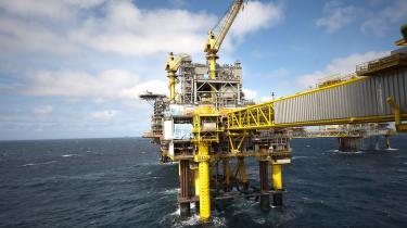 For hver krone Mærsk og de andre olieselskaber investerede i Nordsøen før 2003, fik de to en halv gange pengene igen fra staten. Derfor er det i høj grad staten, der har løbet en stor risiko, siger eksperter. Det forsøgte man allerede i 2000 at ændre på