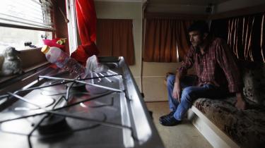 Den 25-årige arbejdsløse Mateus Silva i sin beboelsesvogn i Nossa Senhora de Fatima-kvarteret i Lissabon. De traditionelt fattige portugisere har skullet vænne sig til at have flere penge mellem hænderne, og nu skal de vænne sig til ikke at have dem igen – og det er sværere.