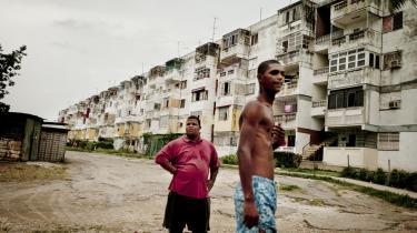 Cuba forfalder, alt lige fra hospitaler over skoler til boliger som disse, opført før Sovjets sammenbrud, trænger til at blive renoveret. Som led i bestræbelserne på at få gang i den cubanske økonomi, har det cubanske styre liberaliseret boligmarkedet.