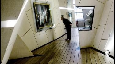 Rum. Gulvets skrånen i det besøgsværdige Dansk Jødisk Museum giver en gyngende gangart, så man blidt hældes mod snart den ene, snart mod den anden af museets glasmontrer.