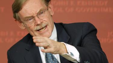 Verdensbanksdirektør Robert Zoellick frygter, at handlingslammelsen i EU vil kaste Verden ud i en ny økonomisk krise.