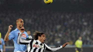 Nøglerolle. Juventus' Alessandro Matri, der her tackles af Napolis Paolo Cannavaro, havde en nøglerolle i et af de angreb, der sikrede Juventus sejren i det italienske mesterskabsopgør tirsdag.