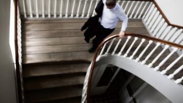 Spindoktors angivelige forsøg på at lække fortrolige oplysninger om Helle Thorning-Schmidt og hendes mands skattesag bør give journalister og politikere anledning til alvorlig selvransagelse, mener eksperter