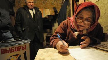 En kvinde fra Shemolets, 25 km fra Smolensk, udfylder sin stemmeseddel i sit eget hjem, efter medlemmer af den lokale valgkommission er kommet forbi med en mobil stemmeboks. Mange russere blev hjemme i apati og i protest mod valgsvindel.
