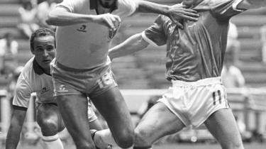 VM 82. Socrates eliminerer Nordirlands Ian Stewart i en kamp om bolden under VM den 16. juni 1982.