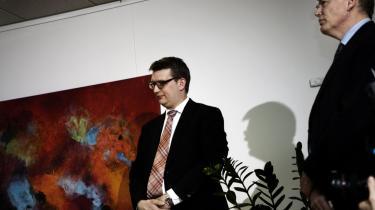 Der er fra mediernes side  en berøringsangst i forhold til departementschefer som Skatteministeriets Peter Loft (t.h.). En tilgang, som hæver departementschefernes position alt for meget over kritik, mener professor  Tim Knudsen.
