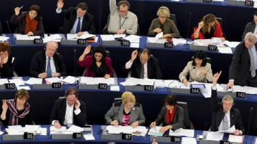 Ideen med Lissabon-traktaten var blandt andet, at Europa-Parlamentet skulle have mere indflydelse, så det ikke længere bare var et Mickey Mouse-parlament. Men med den nye europagt er disse demokratiske fremskridt rullet tilbage, mener flere EU-politikere.