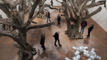 Levende træer lavet af dødt træ. Et levende samfund, der i virkeligheden består af fanger i et etparti-land. Ai Wei Weis værker 'Rock' af porcelæn og 'Trees' af udgåede træer på   Louisianas store sal.