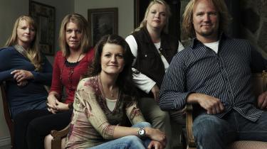 Kody Brown og hans fire koner Meri, Janelle, Christine og Robyn og deres til sammen 17 børn er omdrejningspunktet i  reality-tv-serien 'Sister Wives'. At familien springe ud som polygame på amerikansk tv har bl.a. medført en politiefterforskningssag og en fyring.