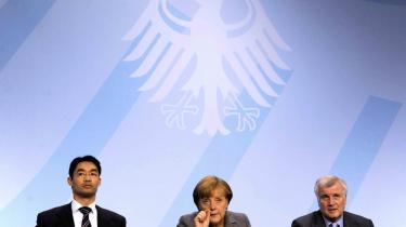 Bare en lille smule hjælp, synes Angela Merkel at bede om. Men regeringskollegerne FDP og partiformand, Philipp Rösler (tv), er splittede omkring retningen i EU.
