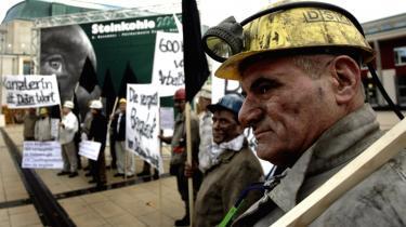 EU's energikommissær Günther Oettinger har tidligere kæmpet for at bevare statsstøtten til den tyske kulindustri, så den nye rapport fra EU-Kommissionen overrasker positivt. Her protesterer kularbejdere i Essen.
