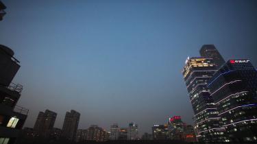 Kina strammer sin handelspolitik betydeligt med indførelsen af 'straffende' importafgifter — ifølge eksperter en klar indikation af at Beijing frygter en 'hård økonomisk landing'