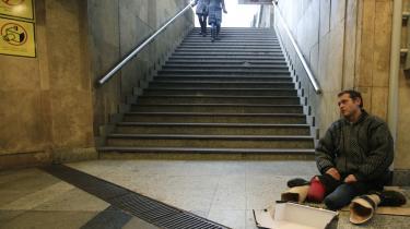 Regeringen i Ungarn vil gerne signalere, at man har styr på økonomien og kan klare sig selv. Derfor må der ikke være hjemløse i de pæne dele af Budapest. De bliver samlet op og kørt ud i forstæderne, hvor man ikke risikerer, at de bliver set af turister.