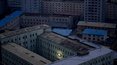 Et foto af Nordkoreas første leder Kim Il-sung på en bygning i hovedstaden Pyongyang i oktober 2011. Nu skal hans barnebarn Kim Jong-un 'Den store efterfølger' overtage styringen af et isoleret og forarmet land.