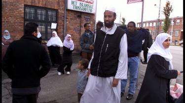Muslimer på vej hjem fra fredagsbøn i Det Muslimske Trossamfunds moské på Dortheavej i Københavns Nordvestkvarter. Moskeerne i Danmark er en noget mere ydmyg ramme om bøn end folkekirker.