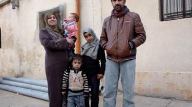 Den syriske tømrer, Ahmed, med kone og fire børn overlever på FN's rationer af mad og brændsel, og siger: De kontan-ter, jeg bruger, tager jeg fra min lille opsparing fra mine 10 år som arbejder i Saudi-Arabien Men de er snart væk, derefter ved jeg ikke, hvad jeg gør. Han bor i en skole i den libanesiske grænseby med desertørere fra den syriske hær.