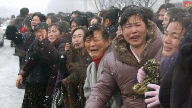 Tårer under Kim Jong-ils begravelsesoptog. Meningsmålinger over opbakningen til kongehuset tyder på, at vi kan forvente et sammenligneligt reaktions-mønster, når vores egen kære leder, Dronning Margrethe,   en dag drager mod det hinsidige.