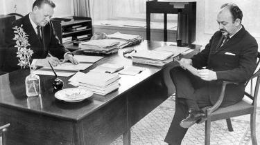 Året er 1972, hvor statsminister Jens Otto Krag sidder i Statsministeriet og skriver sin afskedsbegæring til Dronningen, mens den tiltrædende ligeledes socialdemokratiske statsminister ser til. Anker Jørgensen taber dog magten, kort efter han har vundet den i hans første embedsperiode,   og hans første nytårstale siger egentlig meget godt hvorfor.   Arkiv