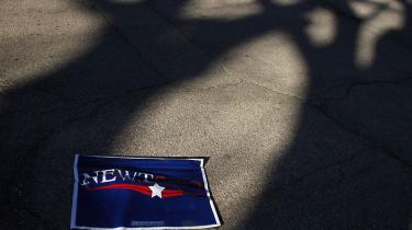 Den tidligere formand for USA's kongres er faldet brat i meningsmålinger inden partivalget i Iowa. Som årsager an-føres et stop for tv-debat-ter og en byge af negative tv-reklamer fra Romney