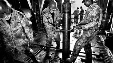 Når den danske stat forhandler om olien i Nordsøen, foregår det gennem A.P. Møller-Mærsk, og det svækker i høj grad Danmarks forhandlingsposition, lyder kritikken fra olieøkonom og tidligere energiminister forud for genforhandling af olieaftalen