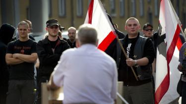 Tilhængere af det højrenationale NPD lytter til partilederen Udo Voigts tale under en demonstration i Berlin i juni i år. Det er blandt andet lister over NPD's bidragydere, som hackere har offentliggjort på sitet Nazileaks.