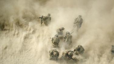 Amerikanske soldater knæler, mens en helikopter evakuerer en såret soldat efter en ildkamp med Taleban. Det er ingen hemmelighed, at USA meget gerne evakuerede alle soldater ud af den 19 år lange krig – men det kræver med al sandsynlighed en forhandlingsløsning med Taleban.
