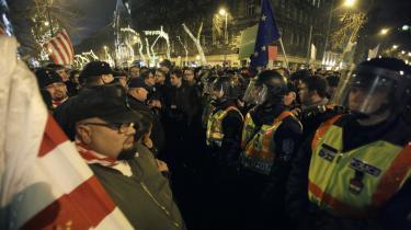 Ungarns regering med Viktor Orbán i spidsen har med den nye forfatning indført radikale forandringer. Men deres væsentligste opposition er det rabiate Jobbik (tilhængere til venstre på billedet) har en endnu mere radikal agenda end Orbán.