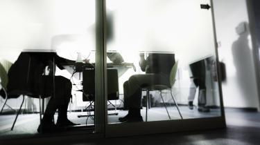 Regeringen vil have danskerne til at arbejde mere, men reelt straffes de, der yder en ekstra indsats, hvis de mister deres arbejde. Sidste år mistede 1.434 akademikere dagpenge på den konto. Nuværende regler fjerner lysten til at arbejde ekstra, mener arbejdsmarkedsforsker