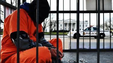 En demonstrant foran Det Hvide Hus forsøger at gøre opmærksom på Guantánamo-lejrens fortsatte eksistens. Lejren er i vid udstrækning forsvundet fra den politiske dagsorden i USA.