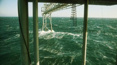 Hvis de danske oliefelter skal udnyttes optimalt, kræver det dyre teknologier, der pumper CO2 ned i undergrunden for at presse mere olie op, selv om teknologien vil øge afbrændingen af fossile brændsler. Staten står ved en skillevej og må vælge olien eller klimaet, lyder det fra klimaorganisationer